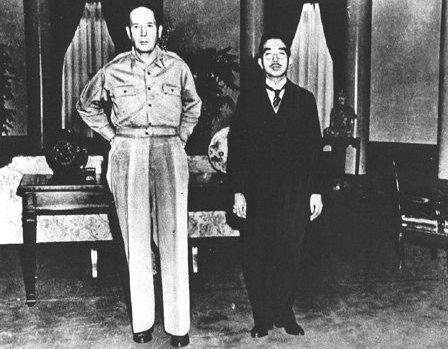 Tướng Douglas MacArthur và Nhật Hoàng Hirohito gặp gỡ lần đầu tại Đại Sứ Quán Hoa Kỳ ở Tokyo ngày 27/09/1945 (Nguồn: Wikipedia)
