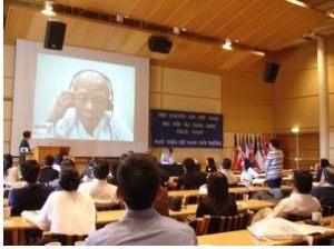 Nhà văn Nguyên Ngọc nói chuyện với hội nghị qua đường truyền Internet. Hình: Ðỗ Thiện
