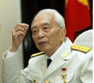 AFP photo Lần thứ nhì, đại tướng Võ Nguyên Giáp viết thư bày tỏ sự phản đối của ông đối với việc khai thác bô xít tại Tây Nguyên.