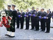 Lãnh đạo các nước đặt vòng hoa tại lễ kỷ niệm