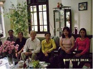 Tiến Sĩ Nguyễn Thanh Giang (áo trắng) gặp một số dân oan khiếu kiện tại tư gia ở Hà Nội. (Hình: Tư liệu của Ðinh Quát)