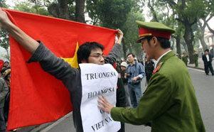 Đây có phải là cách 'dân tộc hóa' cuộc đấu tranh bảo vệ Hoàng Sa - Trường Sa hay không? Câu hỏi và ảnh: BVN bổ sung thêm.