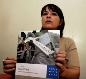 Bà Elaine Pearson, phó giám đốc Human Rights Watch tại Châu Á đang cầm bản báo cáo do nhóm của bà xây dựng về tình trạng nhân quyền tại Philippines trong cuộc họp báo tại Manila ngày 27 tháng 3 năm 2008 (Nguồn: Getty Image).