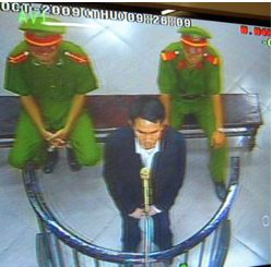 Ông Phạm Văn Trội trong phiên xử tại tòa án Hà Nội hôm 8-10-2009. Hình chụp qua màn hình TV đặt bên cạnh phòng xử án