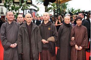 Thiền sư Thích Nhất Hạnh (thứ 2 từ trái sang) từng được đề cử Nobel Hoà Bình, và là một trong những nhân vật tôn giáo Việt Nam nổi tiếng ở Phương Tây.