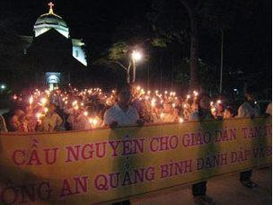 Hàng trăm giáo dân thuộc nhiều giáo phận ở miền Bắc Trung Phần xuống đường biểu tình hôm 27-7-2009, phản đối việc công an bắt giữ và đánh đập các giáo dân và giáo sĩ Tam Tòa. AFP PHOTO