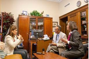 Nữ Dân Biểu Loretta Sanchez trong dịp trả lời phỏng vấn RFA ngày 23.10.2009-Photo by Đỗ Lịnh Dzũng/RFA