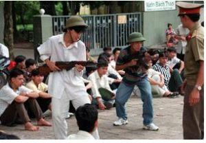 Sinh viên Hà Nội tham gia một khóa huấn luyện quân sự ngắn ngày. Đây là chương trình bắt buộc đối với tất cả tất cả sinh viên tại Việt Nam vào mỗi đầu năm học.AFP PHOTO