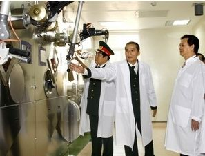 Thủ tướng Nguyễn Tấn Dũng thăm Trung tâm máy gia tốc. (Ảnh:TTXVN)